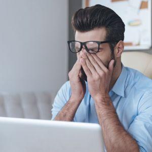 Artikelbild von Müde und brennende Augen am Arbeitsplatz? Das hilft dagegen!